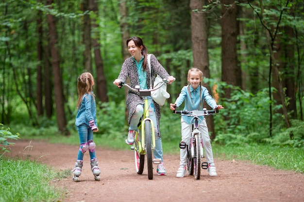 母と娘は公園で自転車に乗る