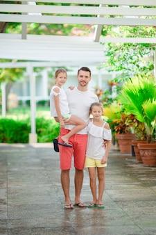 父と一緒に歩いて夏休みの子供たち