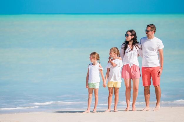 熱帯のビーチでの休暇に美しい家族