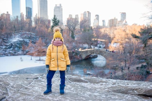 ニューヨーク市のセントラルパークでのアイスリンクの眺めを持つ愛らしい少女