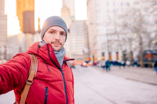 若い男はニューヨーク市のセントラルパークで楽しい時を過す