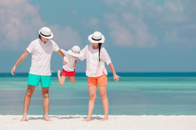 Счастливый красивый семейный отдых на белом пляже