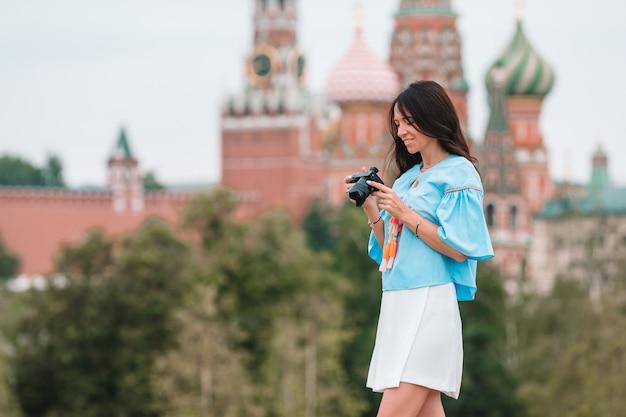 屋外で都市の写真を撮るプロの写真家