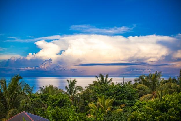 Панорамный вид на океан и красивое небо с балкона