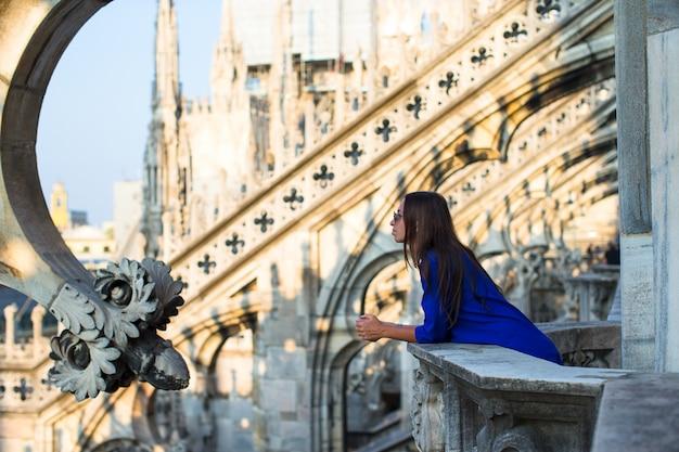 ドゥオーモ、ミラノ、イタリアの屋上に美しい女性