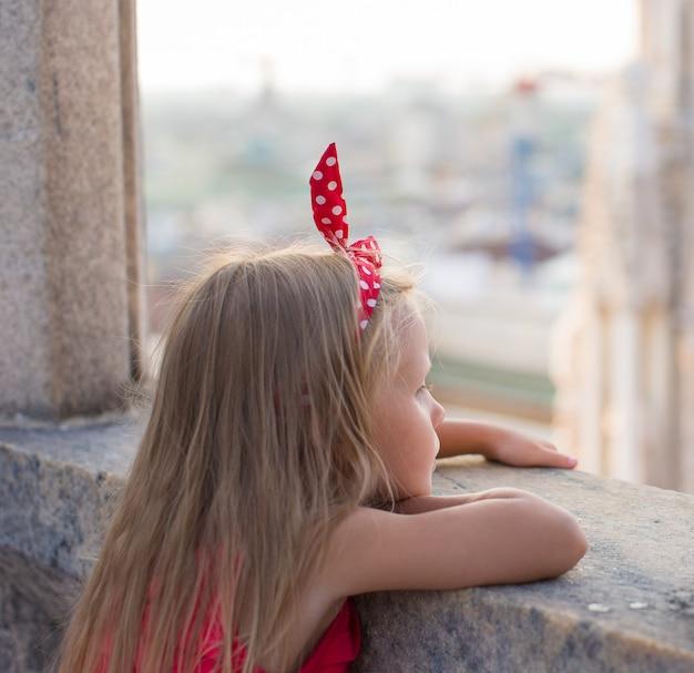 ドゥオーモ、ミラノ、イタリアの屋上でのかわいい女の子