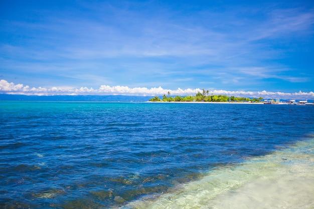 美しい熱帯の無人島