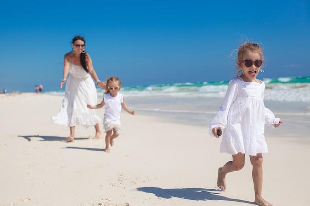 若い母親とかわいい娘たちは夏休みを楽しむ
