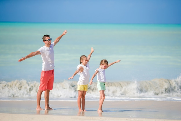 父とビーチ夏の熱帯の休暇を楽しんでいる小さな子供たち。ビーチで遊ぶ家族