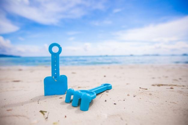 白いビーチでの子供のおもちゃのクローズアップ