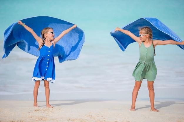 熱帯のビーチでの休暇を楽しんで楽しんでいる女の子