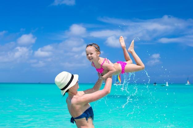 彼女のかわいい娘を持つ母は休日を楽しみ、水で楽しんで