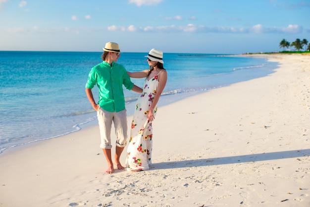 夏の熱帯の休暇に若い幸せなカップル