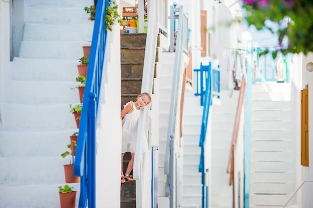 Красивая девушка на улице греческой традиционной деревни на миконосе