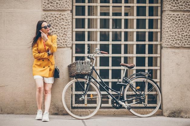 街を歩いている女性。イタリアの都市で屋外の若い魅力的な観光客