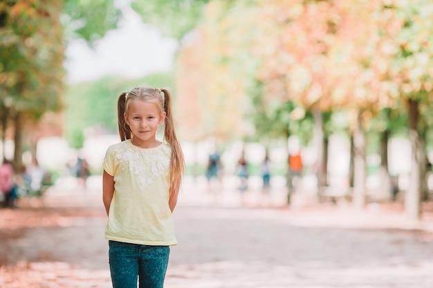 チュイルリー庭園、パリの屋外の愛らしいファッションの少女