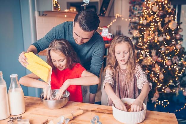 家族でクリスマス休暇にジンジャーブレッドクッキーを焼く