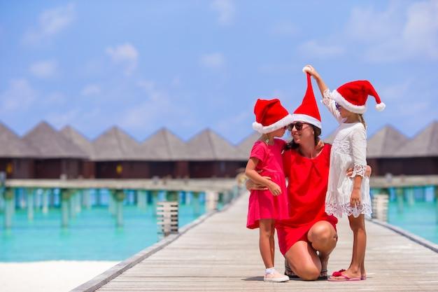 若い母親とサンタの帽子の少女