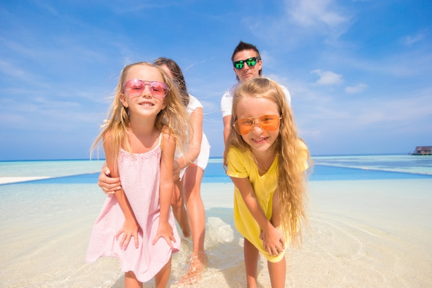 夏の熱帯の休暇中に美しい家族