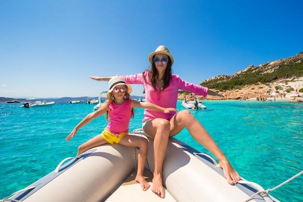Молодая мама с очаровательной дочерью наслаждается отдыхом на лодке
