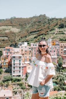 マナローラ、チンクエテッレ、リグーリア州、イタリアの風光明媚な景色を見て観光客