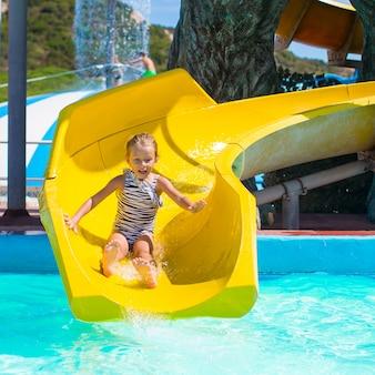夏休みにアクアパークでのウォータースライドの少女