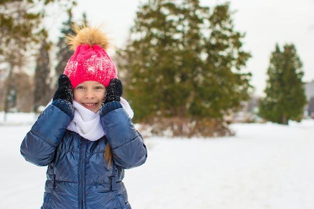 冬の帽子屋外で愛らしい少女の肖像画