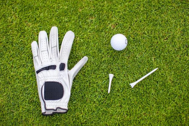 緑の芝生のゴルフ用品