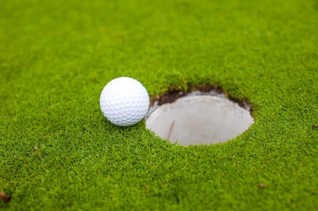 ゴルフボールが穴に行く