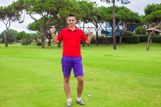 ゴルフ場の若い男