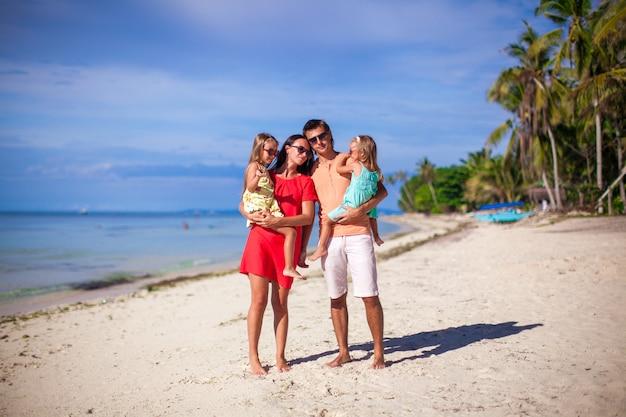 Семья из четырех человек на пляжном отдыхе