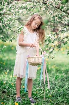 美しい春の日に咲くリンゴ園でのかわいい女の子