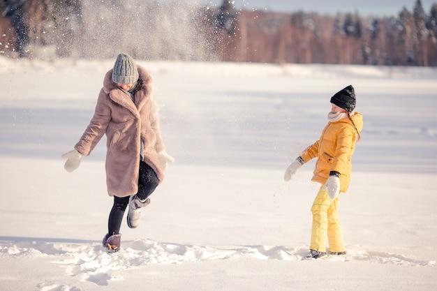 屋外でクリスマスイブにママと子供の休暇の家族
