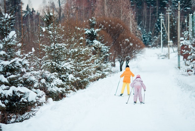 山でスキーをする子供。子供のための冬のスポーツ。