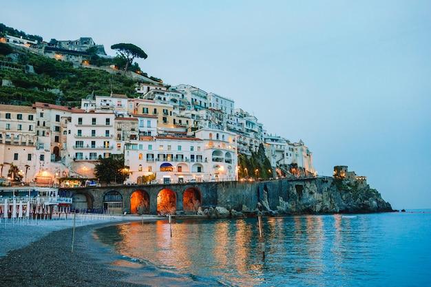 イタリアの美しい海岸沿いの町-アマルフィ海岸の風光明媚なアマルフィ村