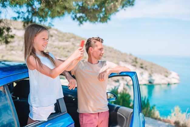 Маленькая девочка в отпуск путешествия на машине. летний отдых и концепция автомобильного путешествия