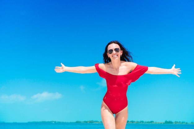 熱帯のビーチでの休暇中に若い美しい女性