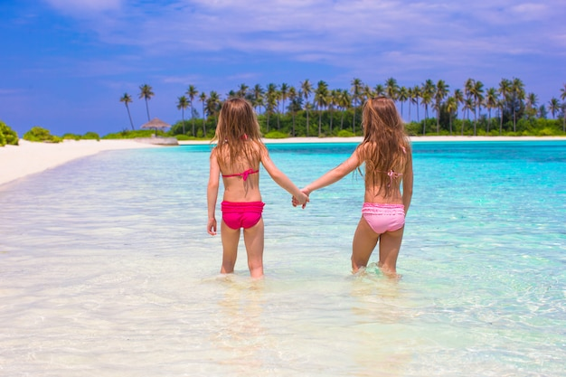 夏休み中にビーチでのかわいい女の子