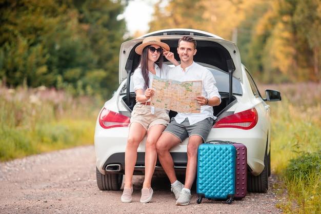 Молодая пара наслаждается летними каникулами