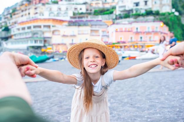 Очаровательная маленькая девочка в теплый и солнечный летний день в позитано