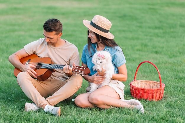 夏休みを楽しんでいる若いカップル