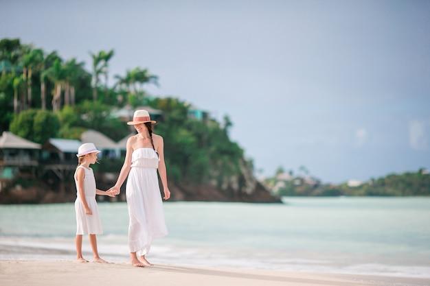 カリブ海のビーチの美しい母と娘