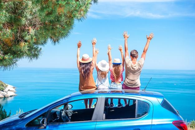 夏の車の旅と休暇に若い家族