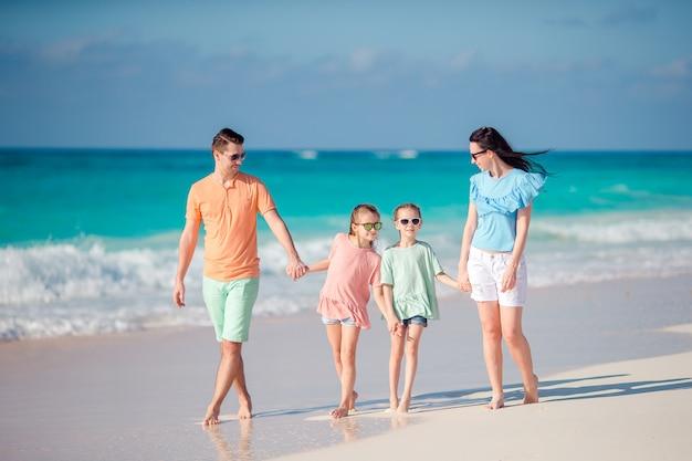 バカンスの若い家族は、ビーチで楽しい時を過す