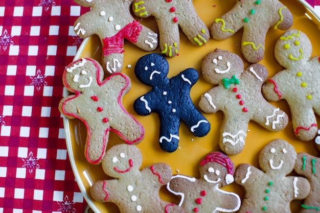 悲しい焦げたクリスマスジンジャーブレッドクッキーのクローズアップ