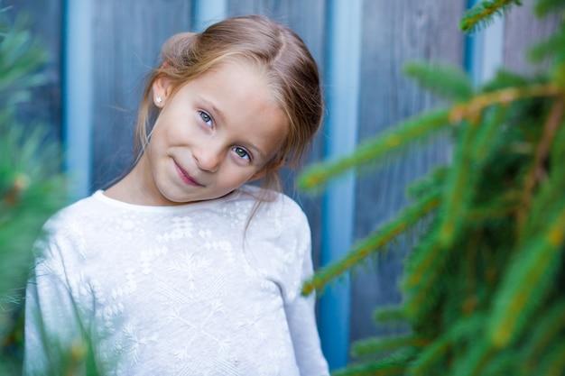 愛らしい少女の肖像画は屋外で楽しい時を過す