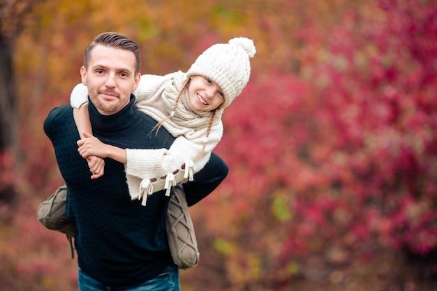 お父さんと公園の美しい秋の日に子供の家族