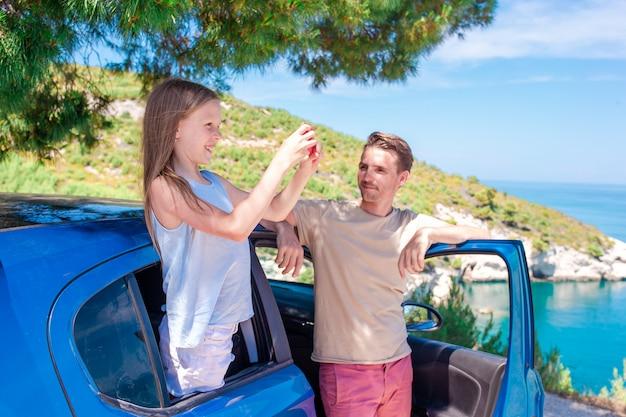 車での休暇旅行の少女。夏休みと車旅行のコンセプト