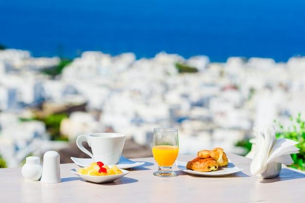 ミコノス島、ギリシャ、ヨーロッパの屋外で完璧な豪華な朝食のテーブル。