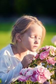 屋外の色とりどりの花の臭いがする愛らしい少女